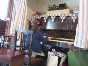 ピアノを弾く近所の子ども